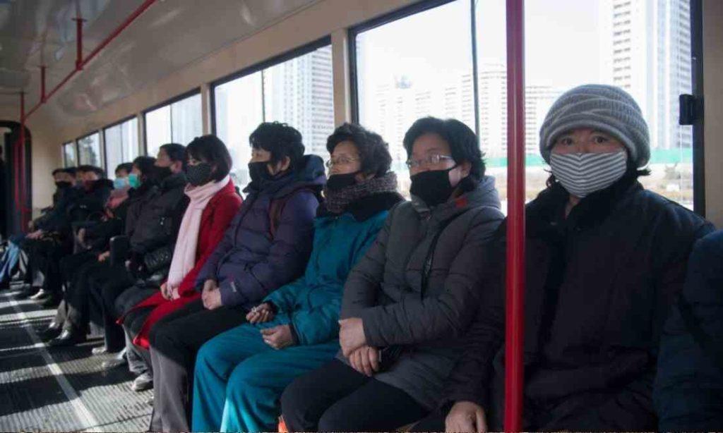 Triều Tiên: Dân không có khẩu trang? Yên tâm! Đã có Photoshop