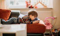 Nghiện thiết bị điện tử khiến trẻ 'suy giảm trí tuệ' - 8 cách hạn chế
