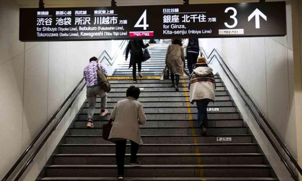 Tại sao một số bậc thang trong ga tàu ở Nhật Bản được đánh dấu màu đỏ - vàng?