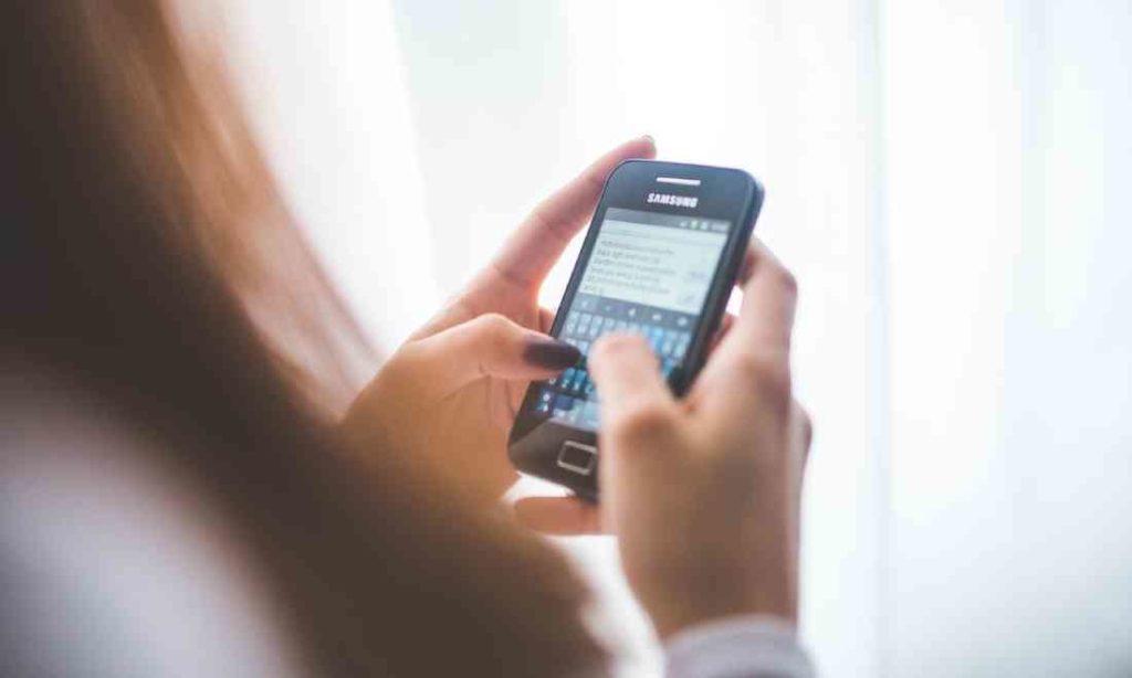 Cảnh giác: Thường xuyên dùng điện thoại khi đi vệ sinh có thể dẫn đến bệnh trĩ