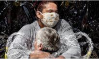 Giữa đại dịch Covid-19, 'Cái ôm đầu tiên' nhận được giải Ảnh Báo chí thế giới năm 2021