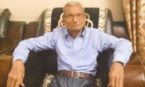 Cảm động cụ già Ấn Độ 85 tuổi nhường giường bệnh cho người trẻ