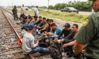 Texas kiện chính quyền Biden vì phóng thích người nhập cư trái phép nhiễm virus Corona Vũ Hán