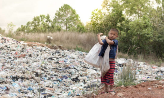 Khi còn nhỏ ông thường theo cha đi ăn xin kiếm sống, nếu không thì người nhà của ông sẽ chết đói. (Ảnh: Pixabay)