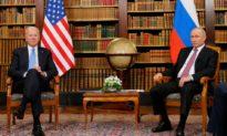 """Ông Biden lại dùng """"phao"""" trong cuộc họp với Tổng thống Nga Putin"""