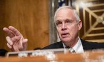 Thượng nghị sĩ Johnson: Đảng Dân chủ và truyền thông dòng chính đã che đậy thông tin về hơn 5.000 ca tử vong do vaccine