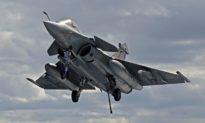 Quá lo lắng khi đi máy bay chiến đấu, 'hành khách' nhấn nhầm 'nút phóng' và bay thẳng vào không trung
