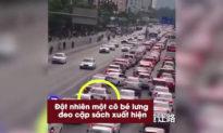 Kẹt xe 'giờ cao điểm', bé gái gõ cửa từng ô tô để 'xin đường' cho xe cứu thương