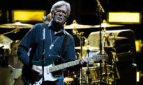 """Ca sĩ nổi tiếng Eric Clapton gặp sự cố sức khỏe """"thảm hại'' sau khi tiêm vaccine AstraZeneca"""