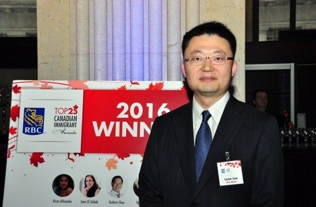 Nhà làm phim Vancouver Leon Lee, một trong những người thuộc Top 25 Người nhập cư Canada hàng đầu của đài RBC năm 2016, trong lễ trao giải tại Khách sạn One King West ở Toronto vào ngày 21/6/2016. (Flying Cloud Productions)
