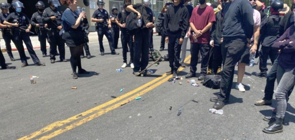 Hàng chục người bị bắt trong cuộc đụng độ giữa Antifa và cảnh sát Mỹ ở Los Angeles
