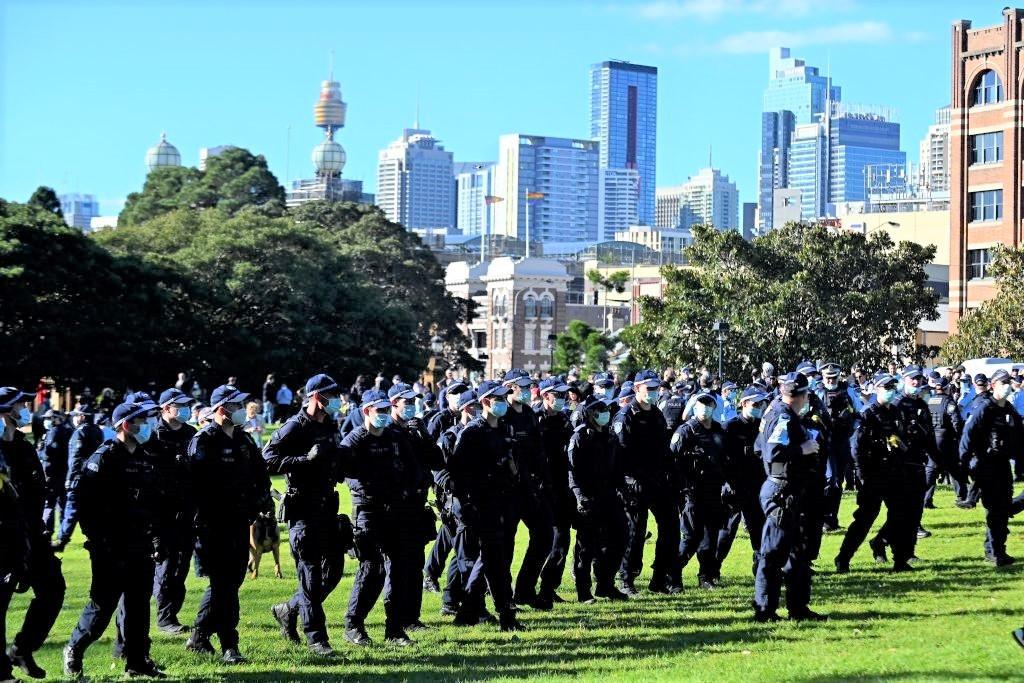 Cảnh sát chặn đường những người biểu tình tuần hành trong một cuộc biểu tình chống phong tỏa ở Sydney, Úc vào ngày 24/7/2021. (Steven Saphore / AFP qua Getty Images)