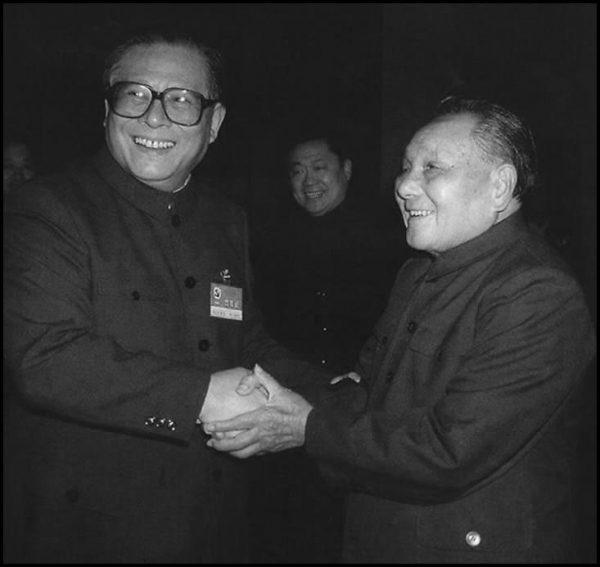 Cựu lãnh đạo Đảng Cộng sản Trung Quốc Đặng Tiểu Bình (Phải) và người kế nhiệm ông Giang Trạch Dân bắt tay vào tháng 10 năm 1992. Đặng phát động cuộc chuyển đổi tư bản chủ nghĩa ở Trung Quốc và Giang đã xây dựng một mạng lưới bè phái rộng lớn được hỗ trợ bởi nạn tham nhũng đặc hữu của nhà nước độc tài. (Hình ảnh AFP / Getty)