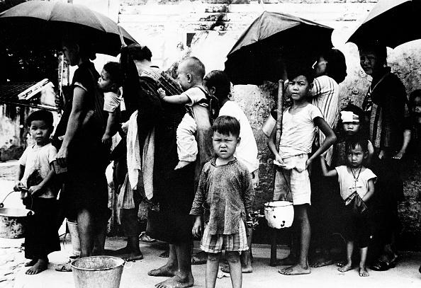 """Người tị nạn Trung Quốc xếp hàng ăn uống ở Hồng Kông trong nạn đói do """"Đại nhảy vọt"""" gây ra vào tháng 5 năm 1962. (AFP qua Getty Images)"""