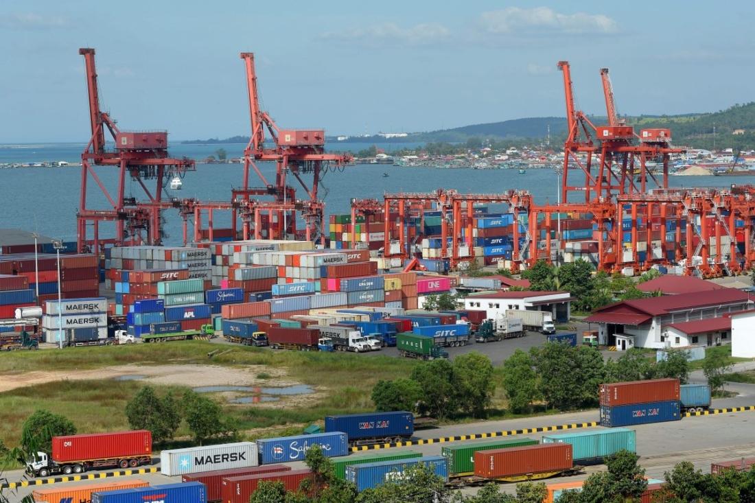 Cảng Sihanoukville ở Campuchia, một phần của Sáng kiến Vành đai và Con đường của chế độ Trung Quốc. Dự án kết nối châu Phi, châu Á và châu Âu của họ thông qua việc xây dựng mạng lưới đường sắt và đường bộ đã vấp phải nhiều chỉ trích. (Tang Chhin Sothy / AFP / Getty Images)