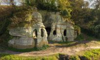 'Folly' thế kỷ XVIII, thực tế là hang động của ẩn sĩ thời Trung cổ từ thế kỷ thứ IX