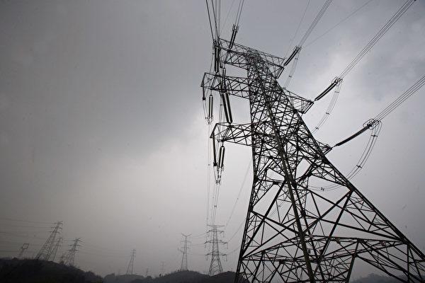 Ngủ giữa không trung: Công nhân Trung Quốc chợp mắt trên tháp truyền dẫn cao 50 m