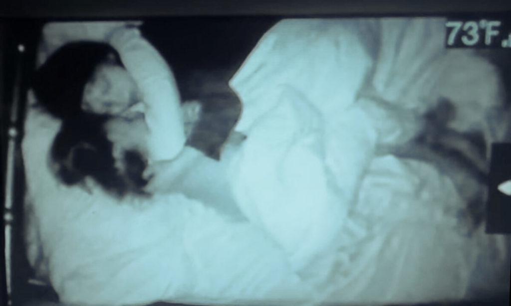 'Hãy để mẹ ngủ thêm chút nào': Anh trai ngọt ngào an ủi em gái mắc hội chứng down thích dậy sớm