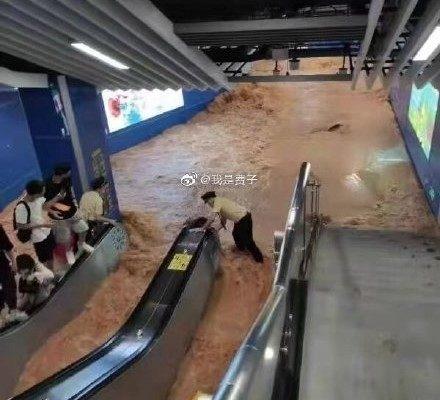 TQ: Ga tàu điện ngầm Quảng Châu bị ngập do mưa lớn
