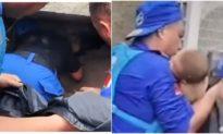 Video: Xúc động cảnh giải cứu bé 4 tháng tuổi bị vùi lấp dưới đống đổ nát vì lũ ở Trịnh Châu