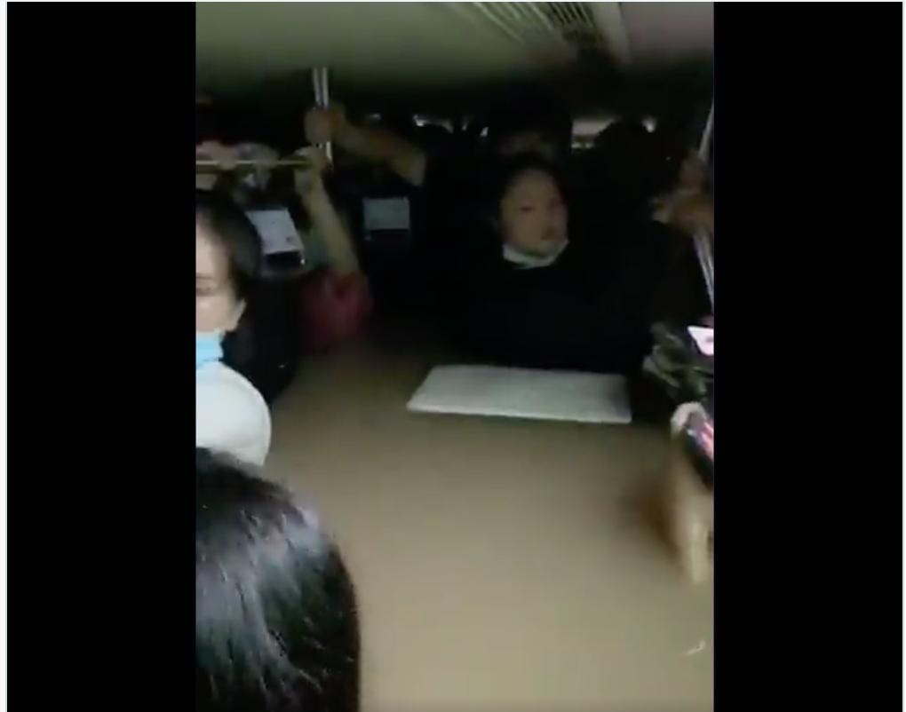"""Video mưa lũ thảm khốc ở Trung Quốc: Hành khách trên tàu điện ngầm bị """"ngâm"""" sâu trong nước lũ"""