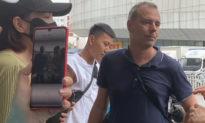 Phóng viên báo chí nước ngoài bị 'bao vây' khi đến Trịnh Châu đưa tin về lũ lụt