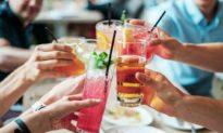 3 kiểu uống nước làm huỷ hoại thận