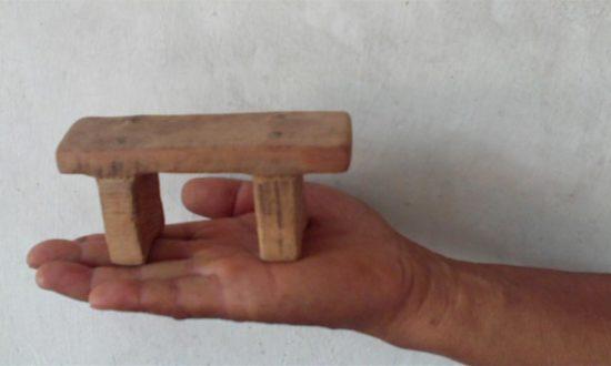 Mô hình chiếc ghế đẩu cực nhỏ dùng để tra tấn phạm nhân trong nhà tù Trung Quốc (Minghui.org).