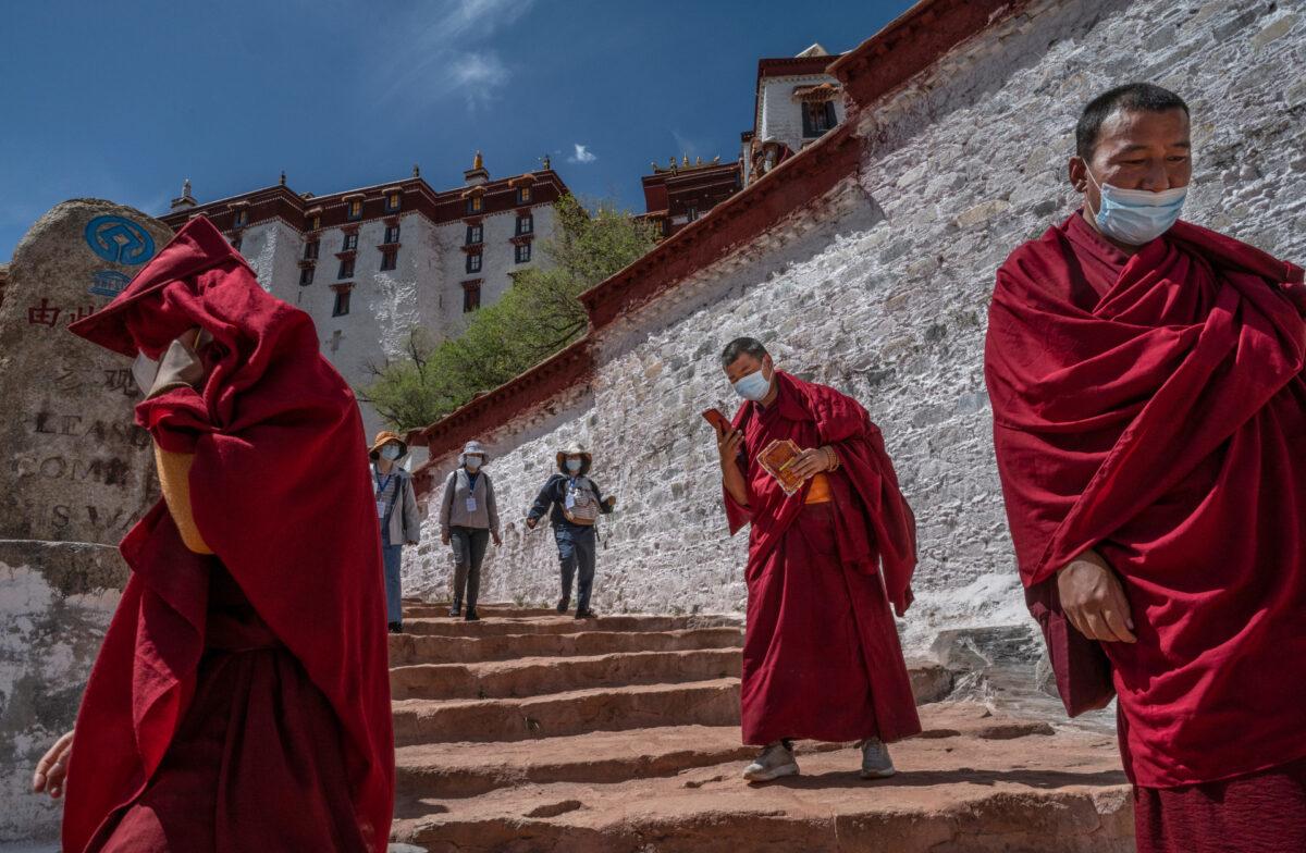 Du khách đến thăm Cung điện Potala, một di sản được UNESCO công nhận, trong chuyến thăm của chính phủ dành cho các nhà báo ở Lhasa, Tây Tạng, Trung Quốc, vào ngày 1/6/2021. (Kevin Frayer / Getty)