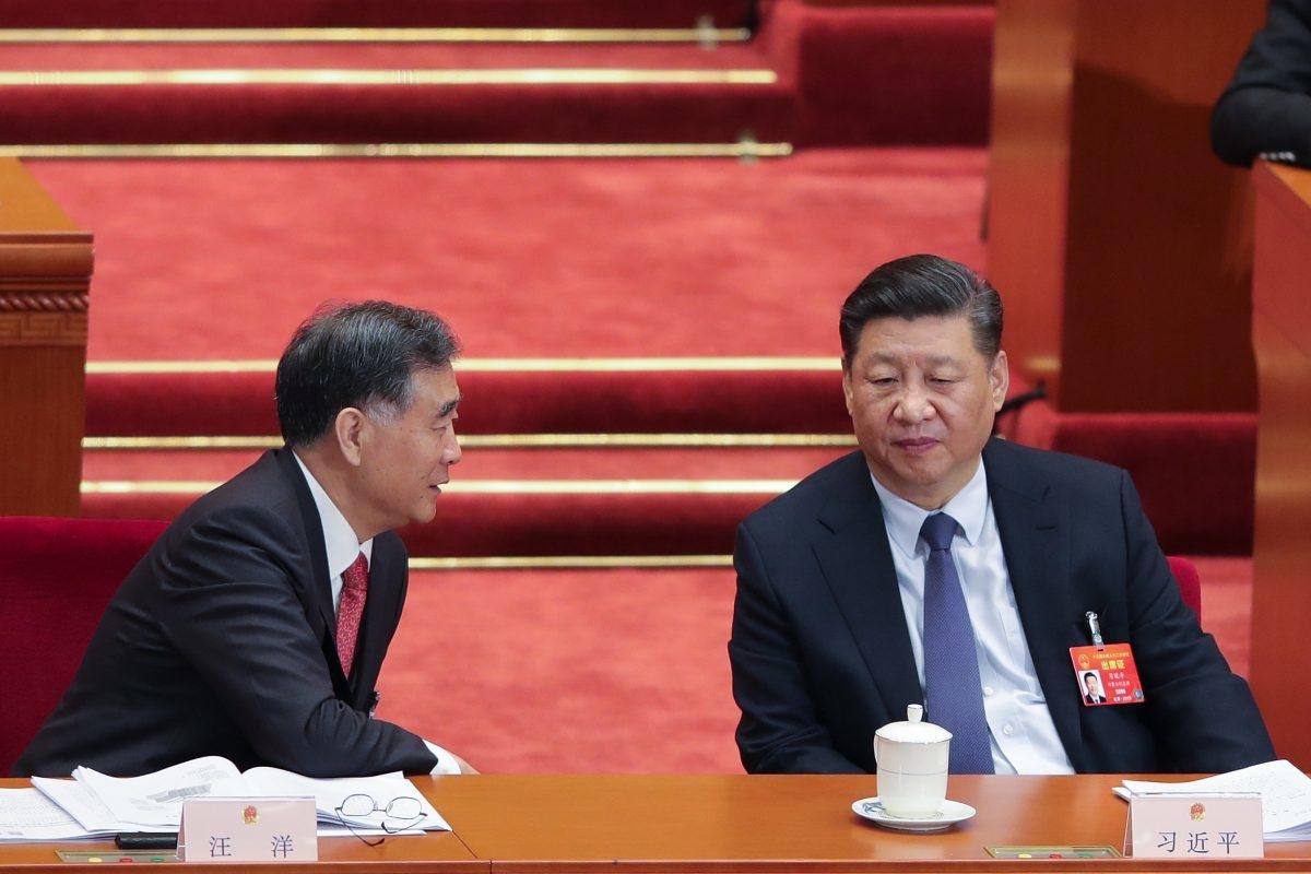 Nhà lãnh đạo Trung Quốc Tập Cận Bình nói chuyện với Chủ tịch Hội nghị Hiệp thương Chính trị Nhân dân Trung Quốc Uông Dương (trái) trong buổi khai mạc kỳ họp thứ hai của Đại hội Đại biểu Nhân dân Toàn quốc lần thứ 13 tại Đại lễ đường Nhân dân ở Bắc Kinh, vào ngày 5/3/2019. (Lintao Zhang / Getty Images)
