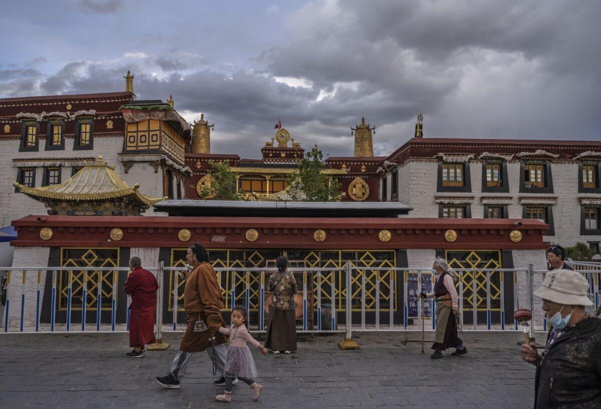Các Phật tử Tây Tạng đi hành trì kora (nhiễu Phật) trước chùa Jokhang, một di sản của UNESCO, vào ngày 1/6/2021 ở Lhasa, vùng Tây Tạng, Trung Quốc. Các hạn chế đi lại đối với du khách nước ngoài gần đây đã được nới lỏng nhằm thúc đẩy du lịch đến Tây Tạng. Chính quyền ĐCSTQ đang đặt mục tiêu đạt 61 triệu du khách mỗi năm vào năm 2025, gấp hơn 15 lần số lượng cư dân của Tây Tạng. (Kevin Frayer / Getty Images)