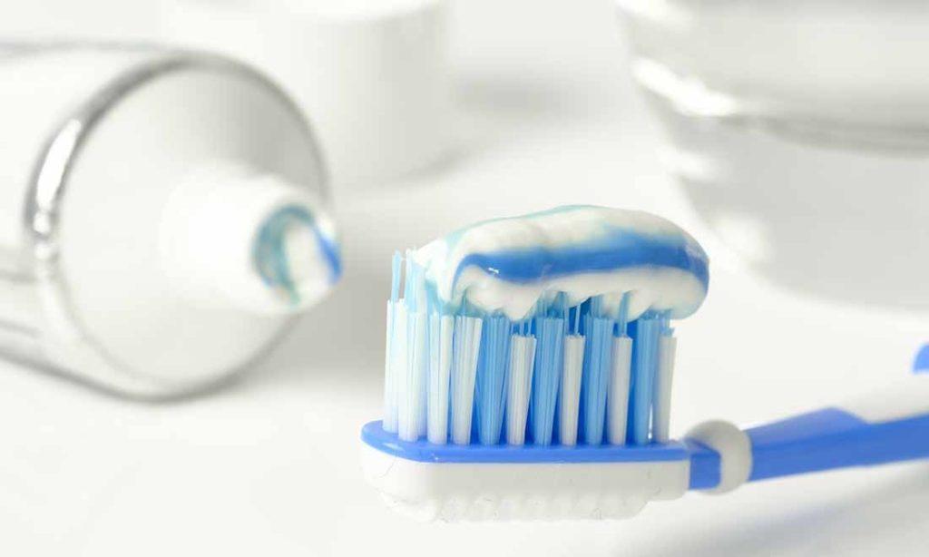 Có nên làm ướt kem trước khi đánh răng? Nhiều người hiểu sai khiến răng ngày càng vàng