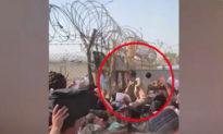 Thảm kịch Afghanistan: Những bà mẹ tuyệt vọng tung con qua hàng rào thép gai cầu cứu, quân đội Anh rơi nước mắt