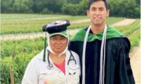 'Cha mẹ tôi là nông dân': Tiến sĩ 'tự hào' chụp ảnh tốt nghiệp trên đồng ruộng của cha mẹ
