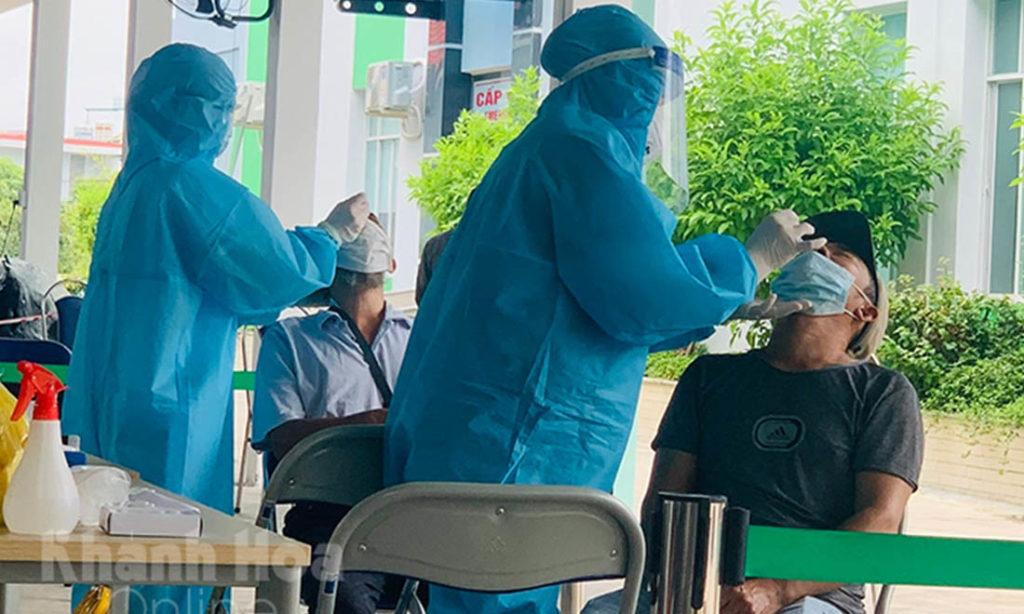 TP.HCM test nhanh phát hiện 54.498 F0 trong tuần, người Nha Trang phải ở nhà để xét nghiệm hỏa tốc