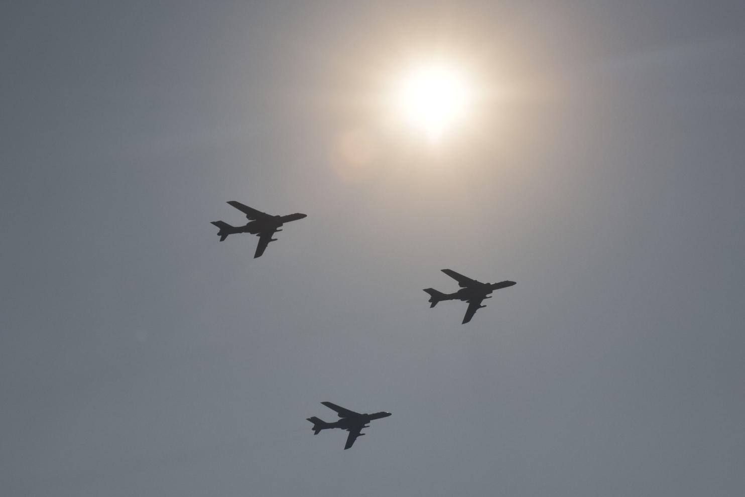 Một đội hình máy bay ném bom H-6K quân sự bay qua Bắc Kinh trong cuộc duyệt binh tại Quảng trường Thiên An Môn vào ngày 1/10/2019, để kỷ niệm 70 năm ngày thành lập nước Cộng hòa Nhân dân Trung Hoa. (GREG BAKER / AFP qua Getty Images)