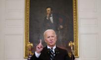 Lệnh tiêm vắc xin bắt buộc của Tổng thống Biden gây ra làn sóng từ chức