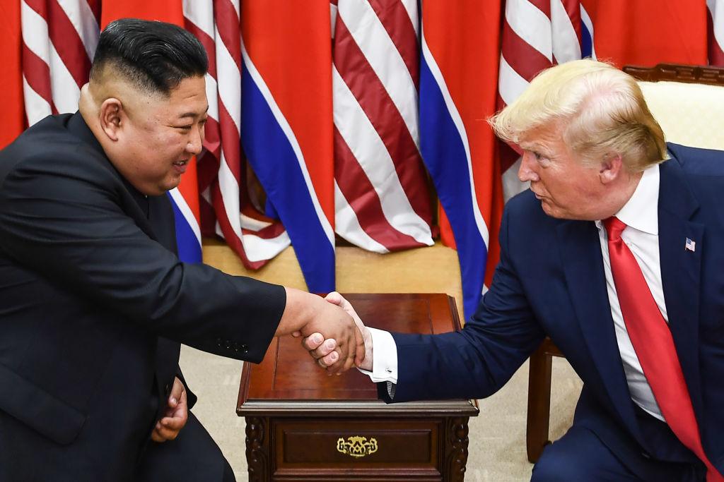 Nhà lãnh đạo Triều Tiên Kim Jong Un và Tổng thống Donald Trump bắt tay trong cuộc gặp ở phía nam của Đường phân giới quân sự chia cắt Bắc và Hàn Quốc, trong Khu vực An ninh chung (Joint Security Area - JSA) Panmunjom trong Khu phi quân sự (Demilitarized zone - DMZ) ) vào ngày 30/6/2019. (Brendan Smialowski / AFP / Getty Images)