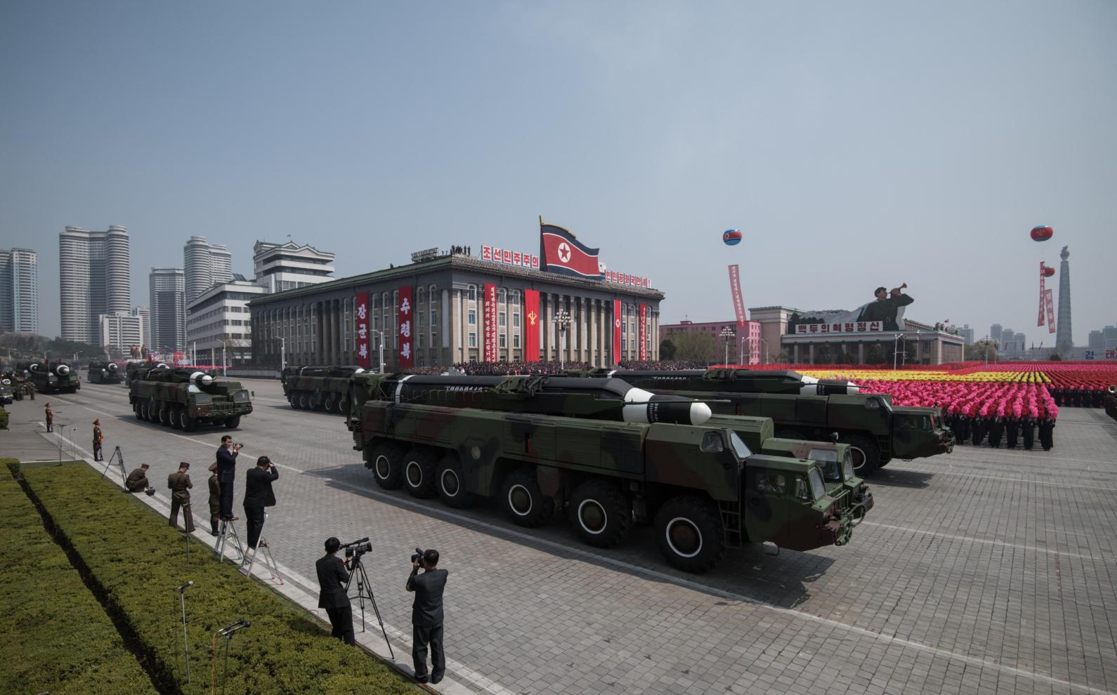 Một tên lửa và bệ phóng di động không xác định đã tiến qua quảng trường Kim Il-Sung trong cuộc diễu binh kỷ niệm 105 năm ngày sinh của cố lãnh đạo Triều Tiên Kim Il-Sung tại Bình Nhưỡng, Triều Tiên ngày 15/4/2017. Nhà lãnh đạo Triều Tiên Kim Jong-Un ngày 15/4 đã chào khi hàng ngũ binh sĩ, theo sau là xe tăng và các khí tài quân sự khác diễu hành ở Bình Nhưỡng để thể hiện sức mạnh trong bối cảnh căng thẳng gia tăng về tham vọng hạt nhân của ông. (ED JONES / AFP qua Getty Images)