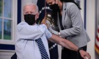 Ông Biden đã tiêm mũi vaccine COVID-19 tăng cường