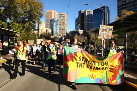 Người biểu tình tham gia cuộc biểu tình School Strike 4 Climate ở Melbourne, Úc, hôm 21/05/2021. (Ảnh: Graham Denholm / Getty Images)