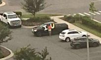 Chồng cầm tấm biển 'Anh yêu em' bên ngoài bệnh viện để động viên vợ mắc Covid-19 sớm bình phục