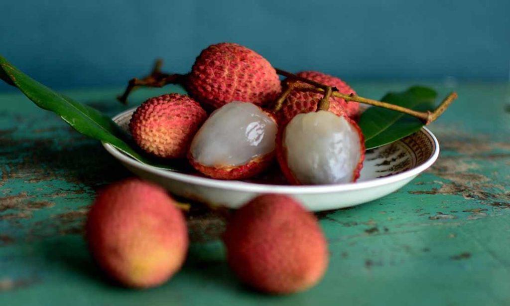 Vì sao không nên ăn vải thiều quá 12 quả mỗi ngày và tránh ăn lúc bụng đói?