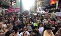 Hàng ngàn người tham gia 'Biểu tình vì Tự do ở NYC Broadway' để phản đối vaccine COVID-19