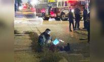 Trấn an một cô bé trong vụ tai nạn, cảnh sát đã ngồi xuống và đọc truyện cho em nghe
