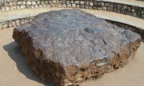 Bí ẩn viên đá 'Thánh' biết bay nặng 90kg ở Ấn Độ