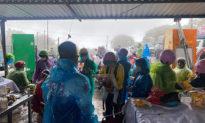 Miền Trung mưa rất to, dòng người kéo nhau về quê trong mưa lạnh