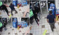 Kẻ cướp cầm súng vào cửa hàng bị cựu lính thuỷ đánh bộ hạ gục trong tích tắc