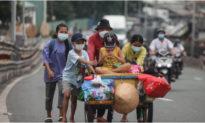 Xe máy mất trộm, hết tiền: Cả gia đình đành đẩy nhau trên xe ve chai về quê