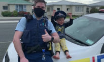 Cậu bé 4 tuổi gọi 111, mời cảnh sát đến nhà để khoe đồ chơi